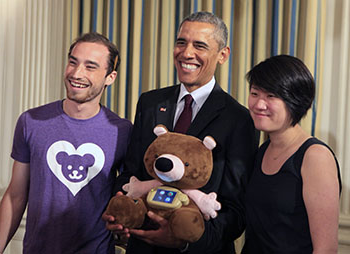 Hannah Chung and Aaron Horowitz st和 with President Obama at Demo Day.